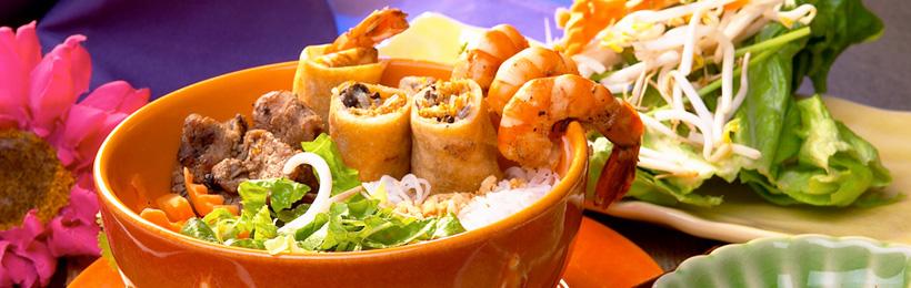 Exotische Platte mit Shrimps, Frühlingsrollen, Fleisch, Gemüse und Reise