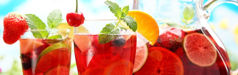 Erfrischender Sommercocktail mit Früchten