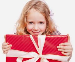 Kleines Mädchen mit einem grossen roten Geschenk