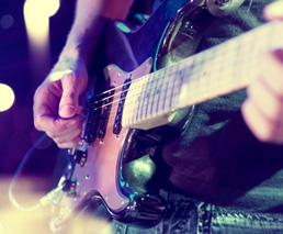 Rocker spielt E-Gitarre