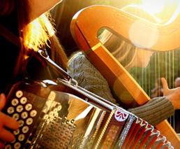 Musiker mit Handorgel und Harfe