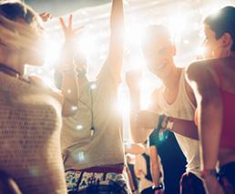 Frauen tanzen & feiern zu Musik