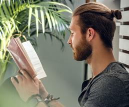 Mann Hipster liest Buch