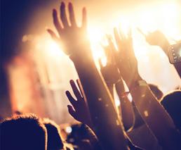 Arme in der Luft an einem Konzert
