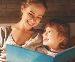 Mutter mit Sohn am Lesen