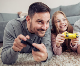 Vater & Tochter spielen ein Game