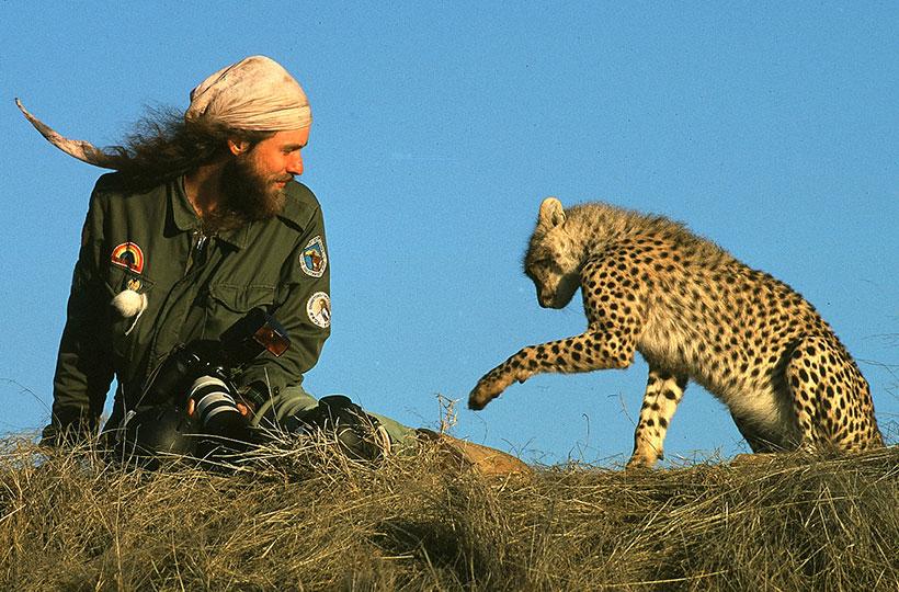 Matto Barfuss mit der Gepardin Maleika