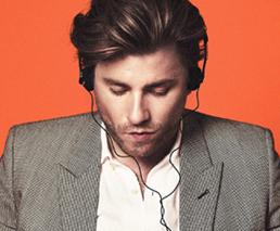 Baschi mit Kopfhörern