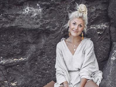 Nadia Damaso vor einem Felsen