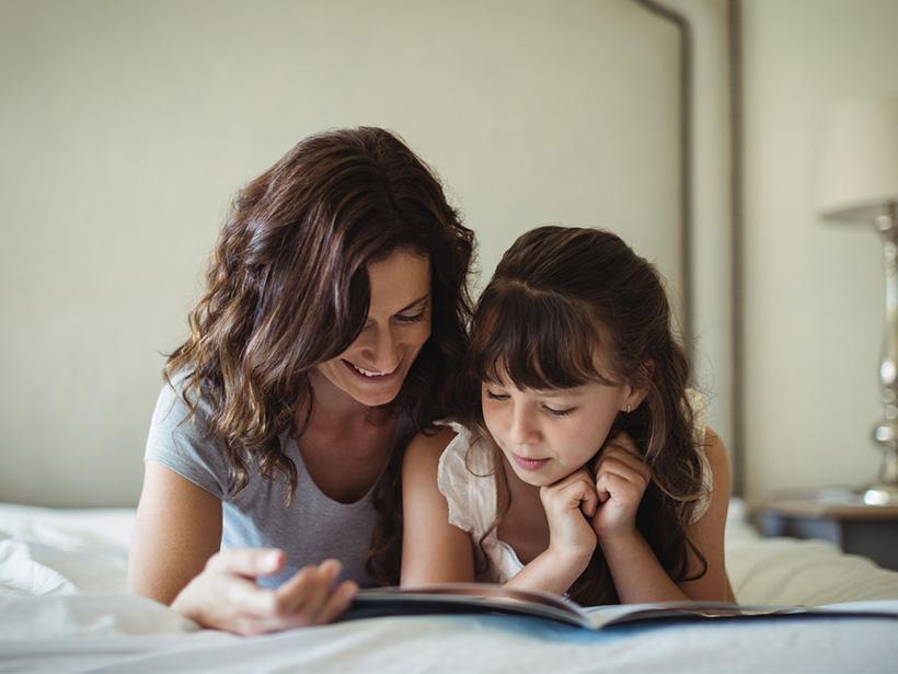 Mutter und Tochter lesen zusammen ein Buch