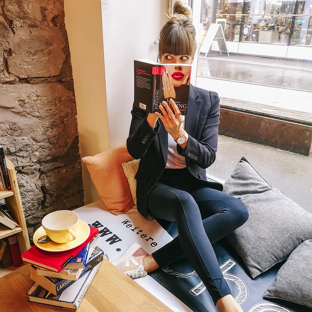 Anina Gepp mit Buchcover vor dem Gesicht