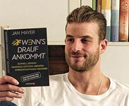 Janosch Nietlispach liest das Buch «Wenns drauf ankommt» auf dem Sofa