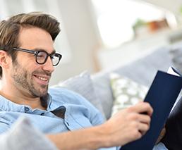 Mann der ein Buch liest