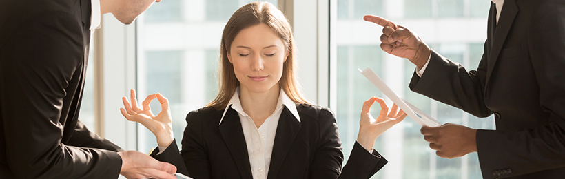 Frau übt Achtsamkeit im Büro