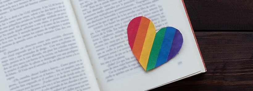 Buch mit Herz in Pride-Farben